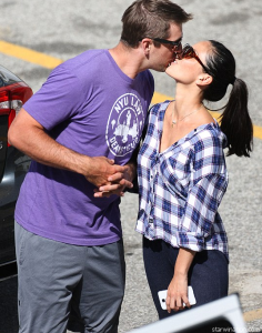 aaron rodgers olivia munn kissing